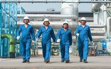 Linde PLANTSERV, operational support, Linde employees walking at a plant